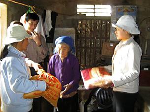 Tổ chức công giáo ở Taiwan chuyển gạo và chăn mền đến người cao tuổi nghèo ở Nghệ An. Hình từ catholic.org.tw