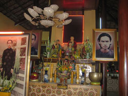 Bàn thờ Đức Huỳnh Giáo Chủ. Courtesy GopmotbantayBlog.
