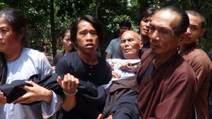 Anh em đồng đạo khiêng cư sĩ Võ Văn Thanh Liêm về nhà mẹ ruột ông Võ Văn Diêm hôm 25/6/2013