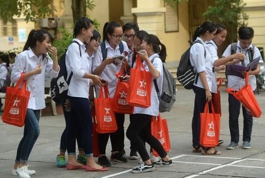 Các bạn sinh viên trẻ đang sử dụng loại túi vải sau một buổi ngoại khóa. (Ảnh minh họa)