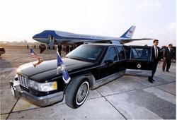 Chiếc Air Force One và xe limousine của Tổng thống Hoa Kỳ -U.S. Government photo