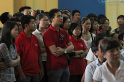 Đồng nghiệp của Hoàng Khương trước giờ tuyên án. Photo courtesy of giaoduc.net