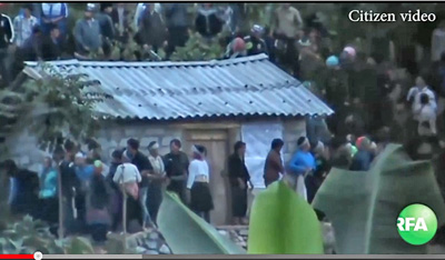Người dân tộc H'mong vô vọng bảo vệ Nhà tang lễ trước lúc nhà tang bị tấn công và tàn phá năm 2013