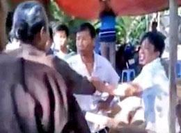 Đã nhiều lần công an sử dụng an ninh mặc thường phục và côn đồ đàn áp thẳng tay các tín đồ Phật Giáo Hòa Hỏa. (Ảnh chụp từ clip video TTXVA)