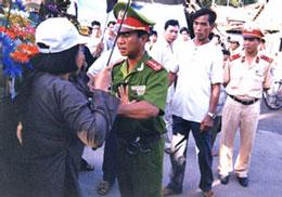 Tín đồ PGHH bị ngăn cản trong ngày Lễ Đản Sanh Đức Huỳnh Giáo Chủ tại An Giang hồi năm 2008 (ảnh minh họa).RFA file