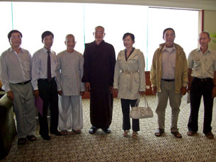 Ô. Nguyễn văn Lía (người đầu tiên bên phải) cùng phái đoàn PGHH đi gặp Ủy Ban Tôn Giáo Quốc Tế Hoa Kỳ tại Saigòn vào tháng 05, 2009.