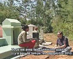 Một cảnh trong phim:  Andre Menras đang phỏng vấn vợ 1 ngư phủ tại nghĩa trang nơi nhiều ngư phủ được chôn cất.