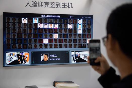 Hình minh họa. Một người khách chụp hình hệ thống an ninh nhận dạng khuôn mặt ở triển lãm quốc tế về an toàn và an ninh ở Bắc Kinh hôm 24/10/2018