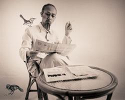 Chính Brian Doan đóng vai Hồ Chí Minh ngồi đọc báo Nhân dân với nhẫn cưới trên tay. Photo courtesy of Brian Doan.