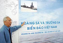 Trong hình là sử gia Nguyễn Ðình Ðầu phát biểu trong một buổi hội thảo về Hoàng Sa Trường Sa hồi tháng 9 năm 2009.