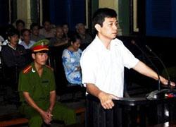 Ông Trần Huỳnh Duy Thức, 43 tuổi,  tại phiên tòa ở TP.HCM hôm 20-1-2010. AFP PHOTO.
