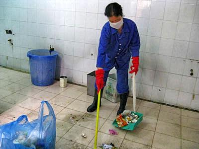 Cô Sơn đang chùi rửa nhà vệ sinh CA8 – Khu truyền máu Bệnh viện Bạch Mai.(vietbao.vn)