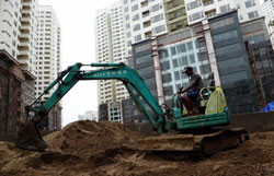 Công trường xây dựng nhà ở, căn hộ cao tầng tại Hà Nội hôm 14-09-2011. AFP PHOTO.