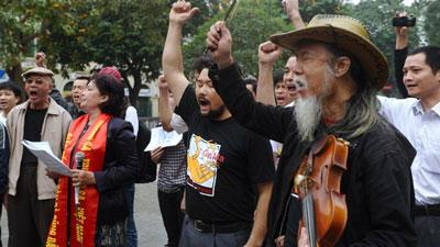 Bà Bùi Thị Minh Hằng (thứ hai từ trái) trong một buổi tưởng niệm các tử sĩ Hoàng Sa tại Hà Nội hôm 14/3/2013.
