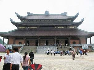Chùa Bái Đính nằm ở phía tây khu di tích cố đô Hoa Lư, thuộc xã Gia Sinh - Gia Viễn - Ninh Bình, cách thành phố Ninh Bình 15 km