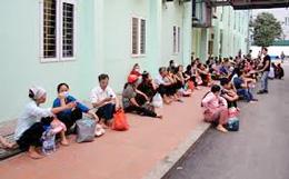 Người nhà bệnh nhân đợi trước cổng khoa truyền nhiễm (tintuc24h)