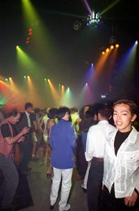 Giới trẻ Việt Nam trong một sàn nhảy ở SG. AFP photo