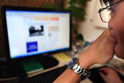 Một bạn trẻ tìm kiếm thông tin trên mạng. AFP photo