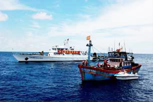 Công an biên phòng Trung Quốc bắt tàu đánh cá Việt Nam hồi năm 2009.