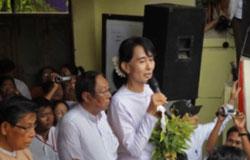 Bà Aung San Suu Kyi phát biểu sau khi thắng cử với số phiếu áp đảo.RFA