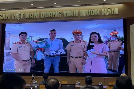 Ảnh minh họa. Phòng Cảnh sát Giao thông Hà Nội, ngày 19/8/2020 trao biển số ô tô cho ông Nguyễn Việt Hưng là công dân đầu tiên thực hiện thành công dịch vụ công thứ 1.000 trên Cổng Dịch vụ công quốc gia.