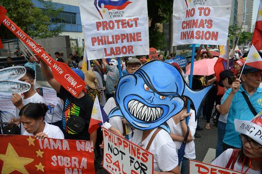 Hình minh họa. Người Philippines biểu tình phản đối Trung Quốc ở Manila hôm 13/7/2019 nhân kỷ niệm ngyaf Tòa Trọng tài quốc tế ra phán quyết về vụ kiện giữa Philippines và Trung Quốc