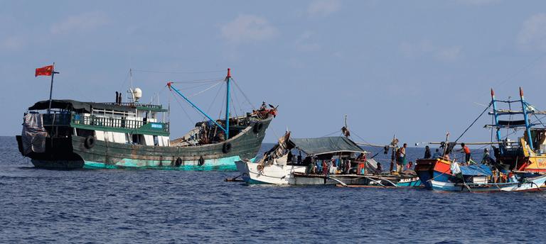 Hình minh họa. Tàu cá Trung Quốc đậu cạnh các tàu cá Philippines ở bãi Scarborough. Hình chụp hôm 4/9/2017.