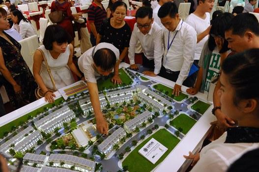 Ảnh minh họa: Khách hàng tìm hiểu đầu tư vào dự án bất động sản ở thành phố Hạ Long, tỉnh Quảng Ninh. Hình chụp ngày 20/09/15.