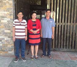 Chị Bùi Hằng cùng anh Huỳnh Anh Tú (trái) và Huỳnh Anh Trí chụp trước cửa nhà chị Hằng. Hình do chị Bùi Hằng gửi RFA.
