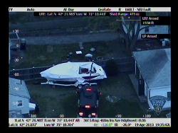Một tấm không ảnh cho thấy hoạt động của cảnh sát để đưa nghi can ra hàng - MA police video screen capture.