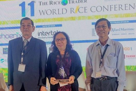 Kỹ sư Hồ Quang Cua (trái) tại cuộc thi World's Best Rice, do The Rice Trader tổ chức ở Philippines ngày 12 tháng 11 năm 2019.