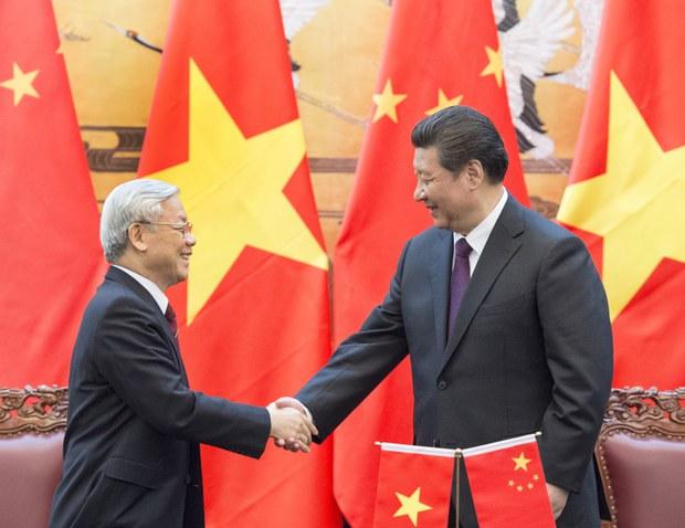 Chủ tịch Trung Quốc Tập Cận Bình (phải), cũng là Tổng thư ký Ủy ban Trung ương Đảng Cộng sản Trung Quốc, và ông Nguyễn Phú Trọng, Tổng thư ký Ủy ban Trung ương của Đảng Cộng sản Việt Nam, sau cuộc hội đàm tại Bắc Kinh, Trung Quốc, ngày 07 tháng tư năm 201