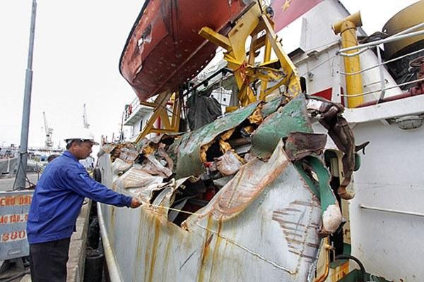 Mạn trái tàu KN 951 bị đâm rách nát, vết tích của tàu Trung Quốc đâm tàu kiểm ngư 951 tại khu vực giàn khoan Hải Dương 981 ngày 23 tháng 6, 2014