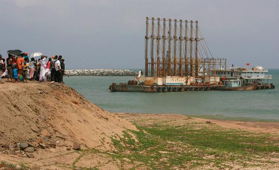 Một nhóm người Srilanka đang đứng nhìn tàu nạo vét của Trung Quốc hoạt động ở cảng Hambantota hôm 25/3/2010