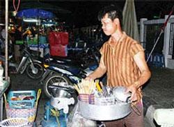 Một thanh niên Việt phụ bán quán ăn ở Thái. Photo courtesy of sgtt.com.vn.