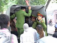 PoliceHoangSaTruongSaProtest200.jpg