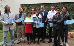 Ông Felix Schwarz, Lãnh sự và tham tán chính trị Đức tại Việt Nam tặng lịch Nhân Quyền 2014 cho đại diện các nhóm. Citizen photo.