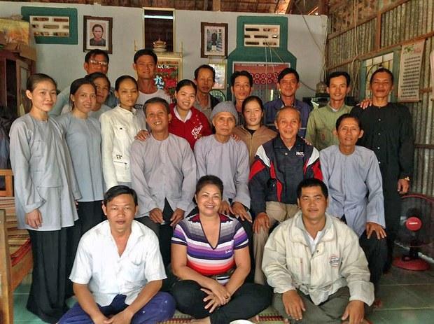 Chị Bùi Thị Minh Hằng chụp ảnh cùng bà con Phật giáo Hòa Hảo trước khi bị bắt