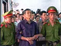 Linh mục Nguyễn Văn Lý  bị đưa ra trước tòa năm 2007. RFA screen capture