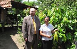 Ông Christian Marchant trong một lần đến thăm dự án Cocoa do Hoa Kỳ tài trợ ở Tây Nguyên Việt Nam hồi đầu tháng 6-2010. Photo courtesy U.S. Embassy