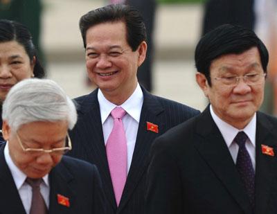 Thủ tướng Nguyễn Tấn Dũng (giữa) mỉm cười đi phía sau Tổng Bí thư Đảng Cộng sản Việt Nam Nguyễn Phú Trọng  (trái) và Chủ tịch nước Trương Tấn Sang tại một kỳ họp Quốc hội ở Hà Nội  năm 2012.