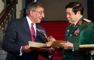 Bộ trưởng quốc phòng Việt Nam và Bộ trưởng quốc phòng Hoa Kỳ gặp nhau tại Hà Nội.(ngày 4 tháng 6, 2012) AFP