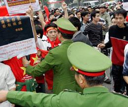 Người dân tập trung tỏ lòng yêu nước phản đối TQ lấn chiếm lãnh hải lãnh thổ cũng bị ngăn cấm và bắt giam (Blog nxd)