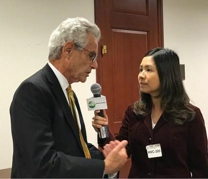 Dân Biểu Alan Lowenthal trả lời phóng viên Hòa Ái bên lề Hội thảo nhân quyền tại Quốc hội Hoa Kỳ hôm 8/12/2016.