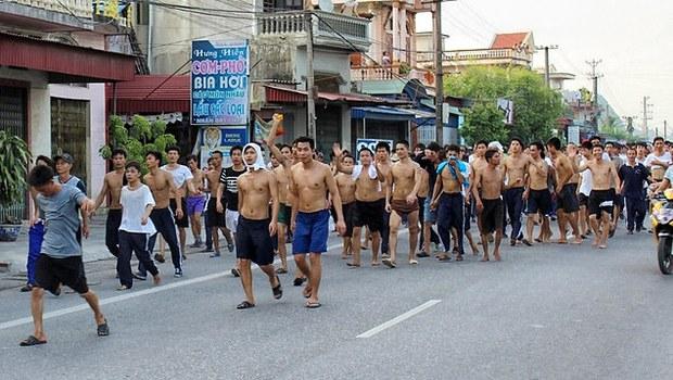 Hàng trăm học viên cai nghiện đi bộ dọc theo quốc lộ 10 về hướng trung tâm huyện Thủy Nguyên