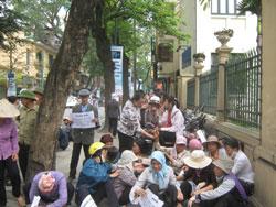 Nông dân tập trung kiến nghị với ủy ban mặt trận tổ quốc Việt Nam hầu ngăn chặn việc cưỡng chế Văn giang vào ngày 20 tới đây.Courtesy nguyenxuandien