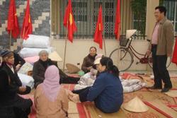 LM Nguyễn Đức Đại trò chuyện với các giáo dân Thái Nguyên. Photo courtesy of nuvuongcongly