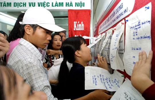 Giới trẻ tìm việc làm.