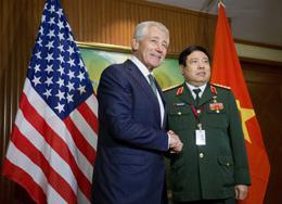 Tổng Trưởng Quốc Phòng Chuck Hagel của Hoa Kỳ và Bộ Trưởng Quốc Phòng Việt Nam là Tướng Phùng Quang Thanh tại Hội Nghị Thượng Đỉnh An Ninh Châu Á. 31 tháng 5, 2014. AFP