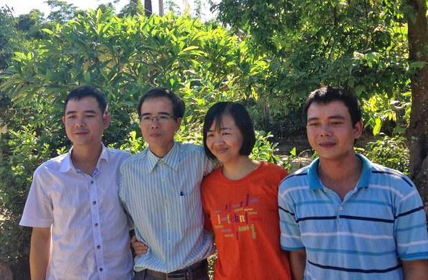 Luật sư nhân quyền Lê Quốc Quân mãn hạn tù và đoàn tụ với gia đình hôm 27/6/2015 ảnh chụp cùng vợ và 2 người em trai